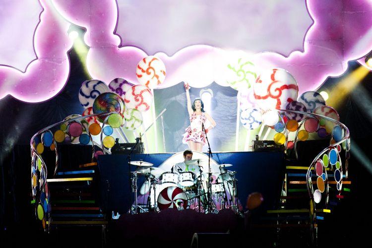 Katy Perry canta músicas do álbum