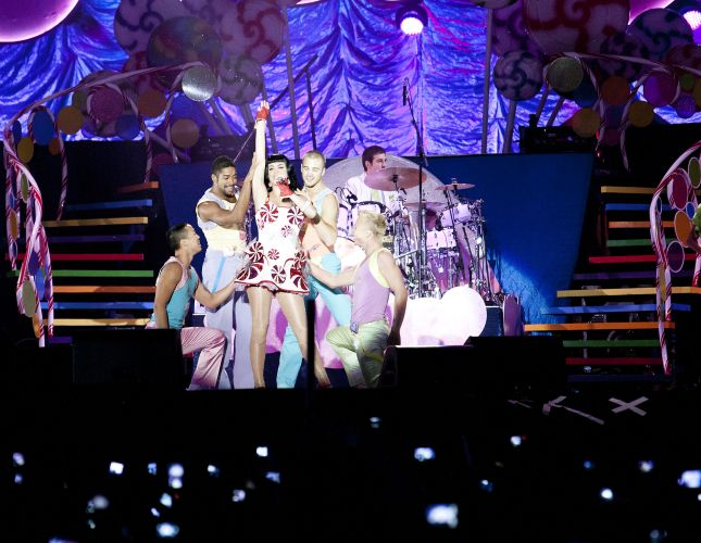 Katy Perry canta músicas do álbum