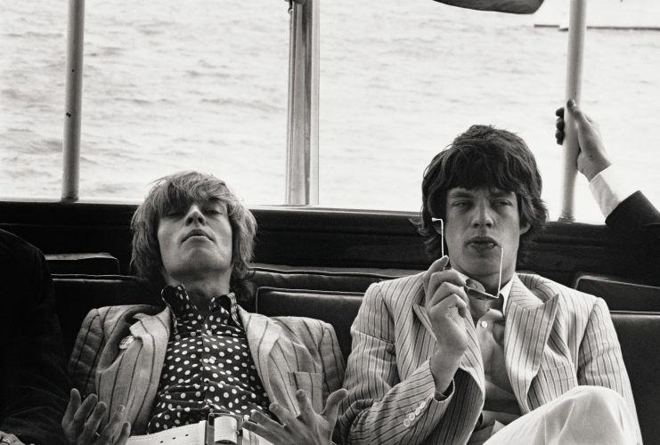 Brian Jones e Mick Jagger, dos Rolling Stones, foram clicados por Linda na cidade de Nova York, em 1966 --três anos antes de Brian ser encontrado afogado na piscina de sua casa, em Sussex