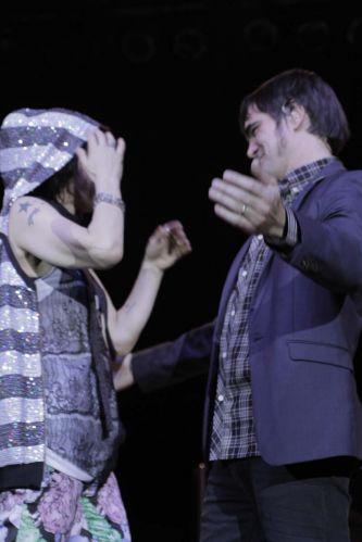Samuel Rosa abraça a cantora Marina Lima durante show em São Paulo (8/9/11)