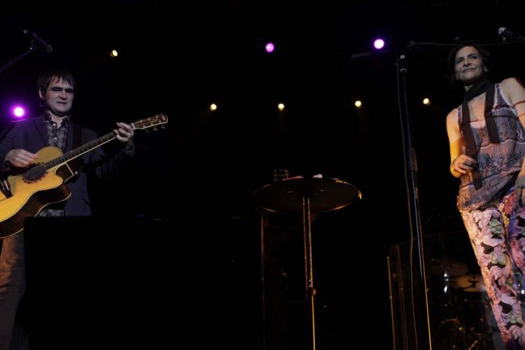 Samuel Rosa ao lado da banda Skank canta seus maiores sucessos em show em São Paulo (8/9/11)