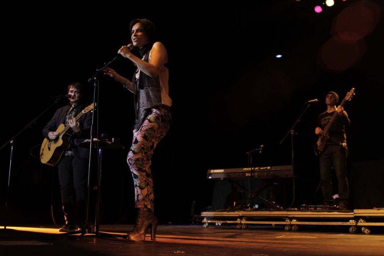Pela primeira vez, Marina Lima divide o palco com a banda Skank em show na cidade de São Paulo (8/9/11)