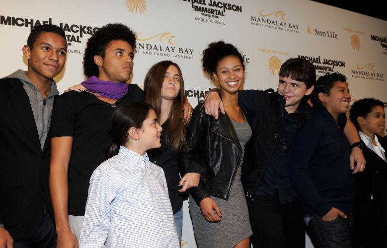 Filhos de Michael Jackson posam para fotos na pré-estreia do espetáculo