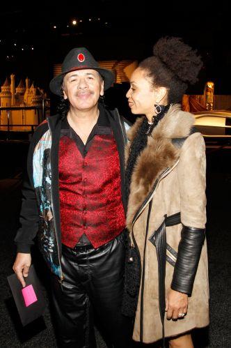 O guitarrista Carlos Santana confere a premiere do espetáculo