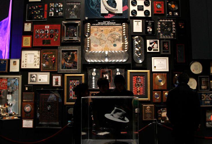 Discos de ouro do cantor Michael Jackson são exbidos a convidados na pré-estreia do espetáculo