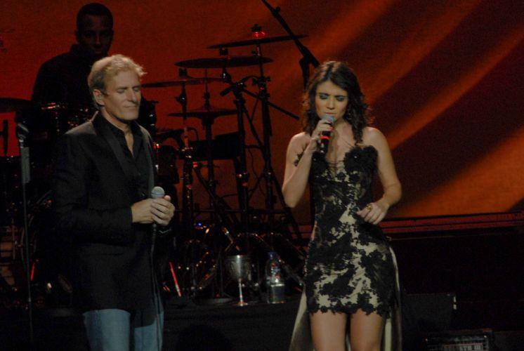 Durante o show de Michael Bolton no Via Funchal, em São Paulo, a cantora Paula Fernandes subiu ao palco para uma participação (17/05/2011)