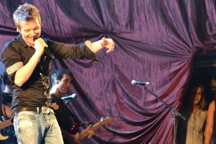 Thais Fersoza acompanha Michel Teló em show no Recife (30/6/2012)