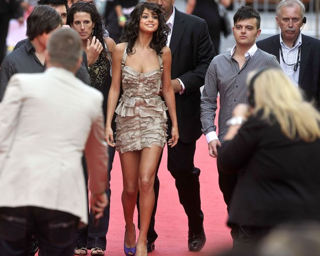 Selena Gomez posa para fotos ao chegar no MuchMusic Video Awards 2011, no Canadá (19/6/11)