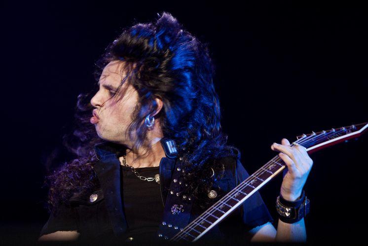 O guitarrista Gus G toca durante show de Ozzy Osbourne em São Paulo (02/04/2011)