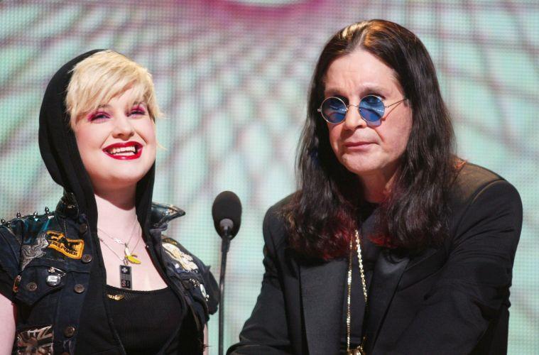 Ao lado da filha Kelly, Ozzy Osbourne fala na premiação MTV Networks Upfront 2003 no Madison Square Garden, em Nova York (06/05/2003)