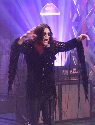 O músico britânico Ozzy Osbourne durante show no programa de Jay Leno em Los Angeles, nos Estados Unidos (12/10/2001)