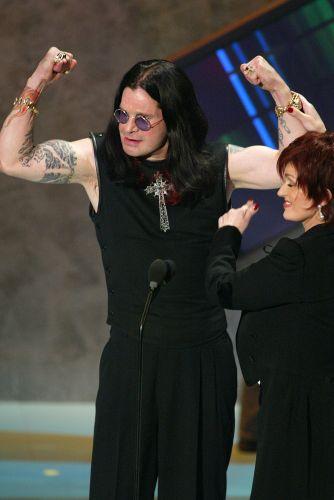 Ozzy Osbourne e sua mulher, Sharon, durante premiação American Music Awards no Shrine Auditorium em Los Angeles, nos Estados Unidos (13/01/2003)