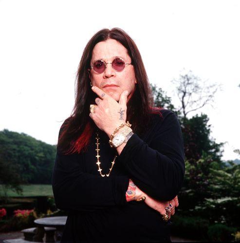 Cantor britânico Ozzy Osbourne posa para fotografia em sua mansão no condado de Buckinghamshire, na Inglaterra (01/05/2002)