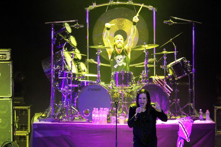 Ozzy Osbourne e o baterista Tommy Clufetos durante o primeiro de cinco shows que o músico faz com sua banda no Brasil. Nesta quarta-feira, Ozzy se apresenta em Porto Alegre (30/03/2011)