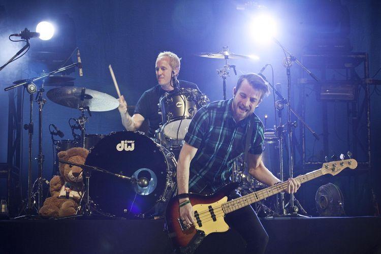 Depois de passar por Brasília, Belo Horizonte e Rio de Janeiro, Paramore se apresenta em São Paulo. Acima, ao fundo, o baterista Josh Freese e, no baixo, Jeremy Davis