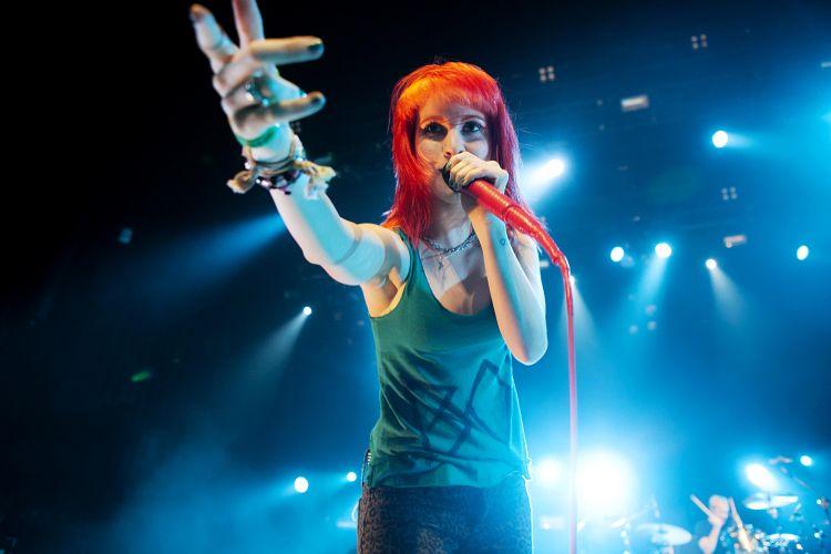 Hayley Williams, vocalista do Paramore, durante apresentação da turnê do terceiro álbum da banda,