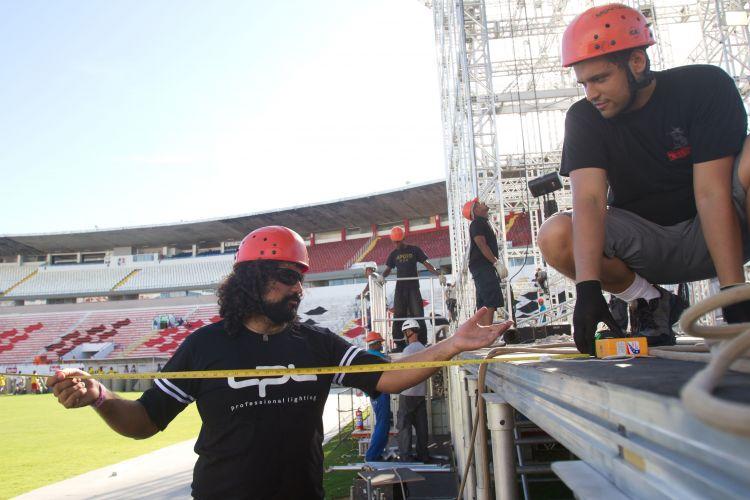 Equipe trabalha durante a preparação da pista para show do ex-Beatle Paul McCartney, no Estádio José do Rego Maciel (Arruda). Há mais de 300 pessoas envolvidas na produção (19/4/12)