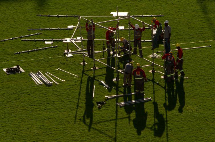Equipe técnica trabalha na montagem do palco do show do Paul McCartney em Recife. Ele apresenta a turnê