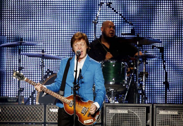 Apresentação de Paul McCartney para cerca de 64 mil pessoas no estádio do Morumbi, onde toca clássicos dos Beatles e de sua carreira fora da banda de Liverpool.