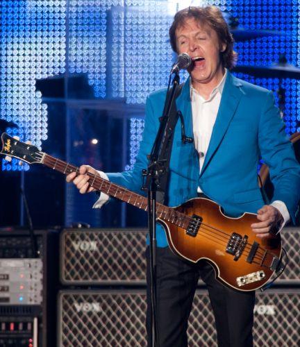 O ex-beatle Paul McCartney apresenta clássicos da banda de Liverpool e de sua carreira solo e com o Wings no primeiro de dois shows em São Paulo, no estádio do Morumbi, onde mostra a turnê