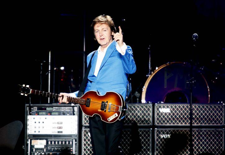 O cantor e compositor inglês Paul McCartney aponta para a plateia no primeiro de seus dois shows no estádio do Morumbi; o ex-beatle abriu a apresentaçção para 64 mil pessoas com