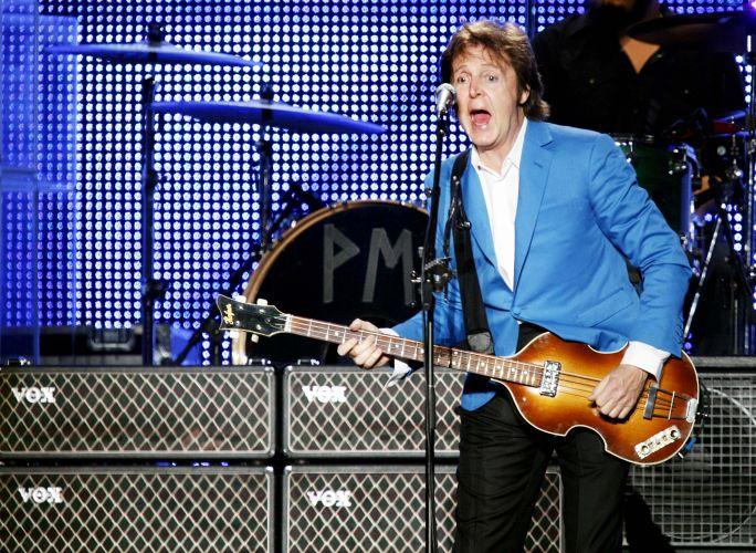 Paul McCartney durante apresentação em São Paulo para 64 mil pessoas; o ex-beatle encerra a turnê latino-americana com show no mesmo local, o estádio do Morumbi, na segunda-feira (22)