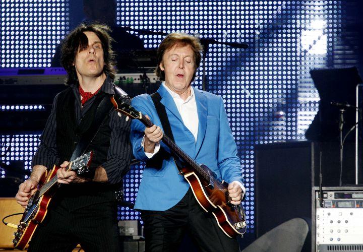 Paul McCartney e guitarrista de sua banda tocam juntos em show do ex-beatle no estádio do Morumbi, em São Paulo