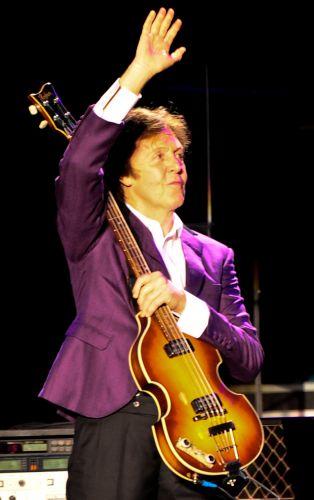 O segundo e último show de Paul McCartney em São Paulo começou às 21h42 nesta segunda-feira (22) no Estádio Morumbi e com abertura diferente da apresentada no domingo (21), no mesmo local. Debaixo de chuva, o ex-Beatle começou o show com