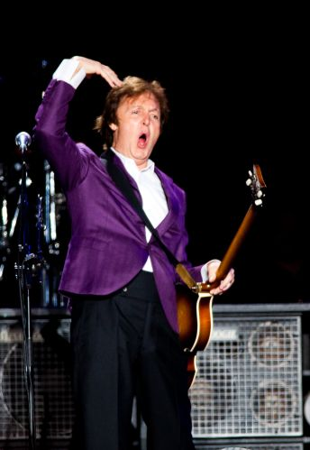 Debaixo de chuva, o ex-Beatle começou o show com