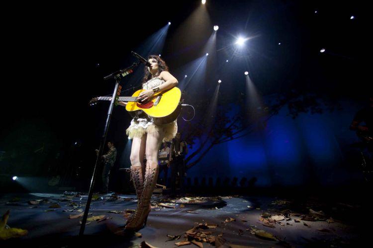 Paula Fernandes canta e toca violão em show no Citibank Hall, em São Paulo (26/03/2011)