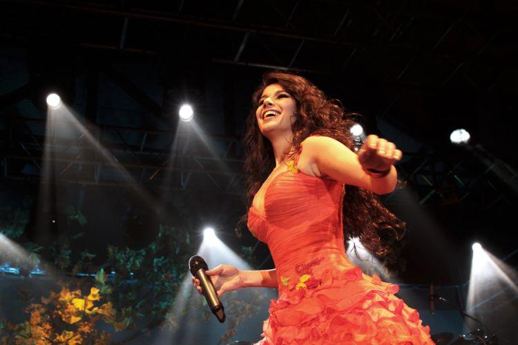 Feliz e recuperada do acidente, Paula Fernandes faz show em São Paulo na madrugada desta sexta-feira (16/9/11)