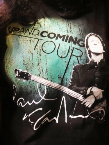 Detalhe da camisa preta com a estampa da turnê