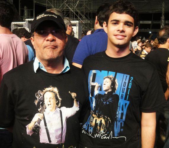 De Salvador, na Bahia, o agrônomo Arquimedio Pamponet, 51, levou o filho Ítalo Seal, 19, para assistir ao primeiro show de Paul McCartney no Rio, no domingo. Eles compraram as camisetas da turnê