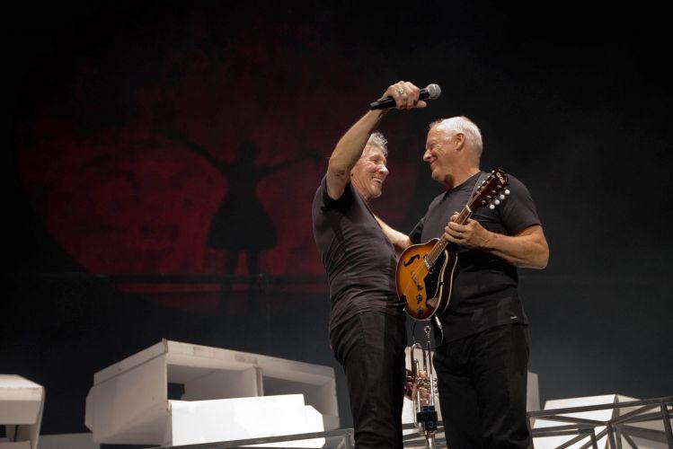 Roger Waters e David Gilmour se abraçam durante show que reuniu os integrantes remanescentes do Pink Floyd na O2 Arena, em Londres (12/05/2011)