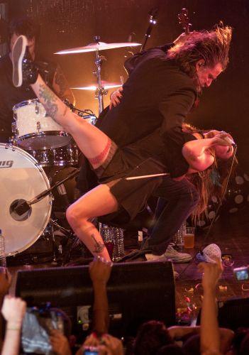 O violinista Hique Gomez dança com Pitty em gravação de DVD da cantora no Rio de Janeiro