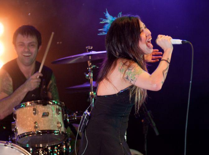 O baterista Duda e Pitty em show realizado no Rio de Janeiro para gravação de DVD