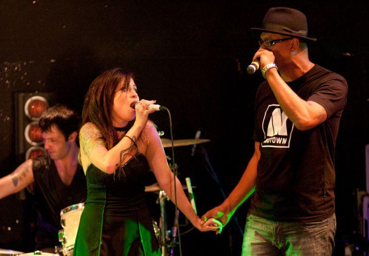 Pitty e o cantor Fábio, da banda Cascadura, em show de gravação de DVD da cantora, no Rio de Janeiro