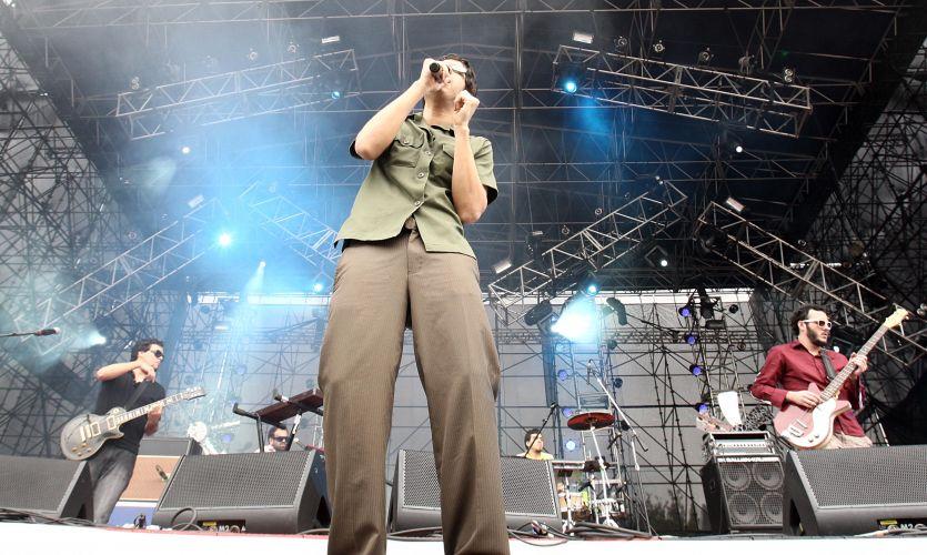 Apresentação da banda Mombojó, que abriu a programação do palco principal do Planeta Terra 2010