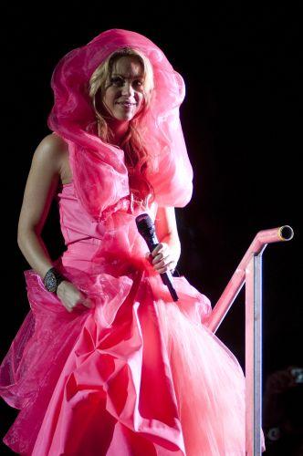 Com meia-hora de atraso, Shakira sobe ao palco da edição gaúcha do Pop Music Festival, em Porto Alegre. Ela entrou pelo meio do público e subiu ao palco por uma escada (15/03/2011)