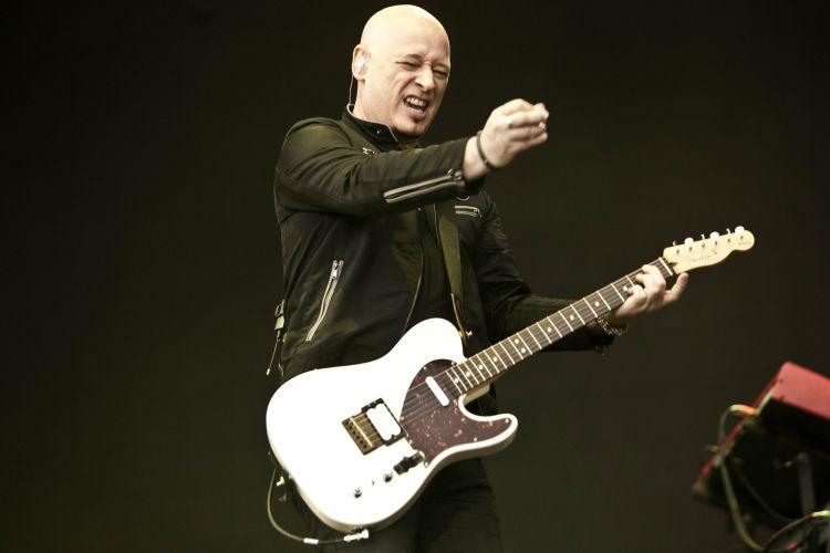 O guitarrista Jimmy Stafford toca com a banda Train em São Paulo, na tarde de sábado (19). Os músicos apresentam as canções do disco