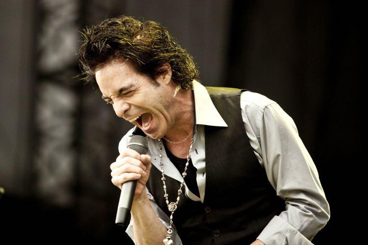 Pat Monahan, da banda Train, canta no Pop Music Festival, em São Paulo. Evento ainda tem shows de Shakira, Ziggy Marley e Fatboy Slim, neste sábado (19/03/2011)
