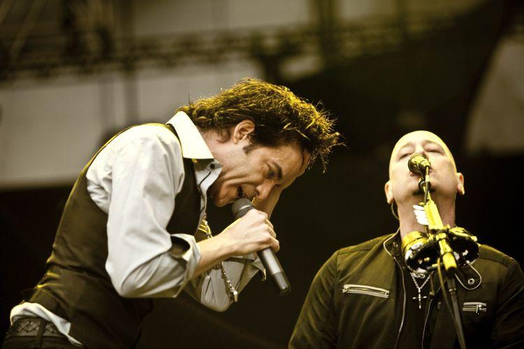 Pat Monahan e Jimmy Stafford, vocalista e guitarrista do Train, respectivamente, fazem show em São Paulo na tarde de sábado (19). A banda californiana se apresenta no Pop Music Festival (19/03/2011)