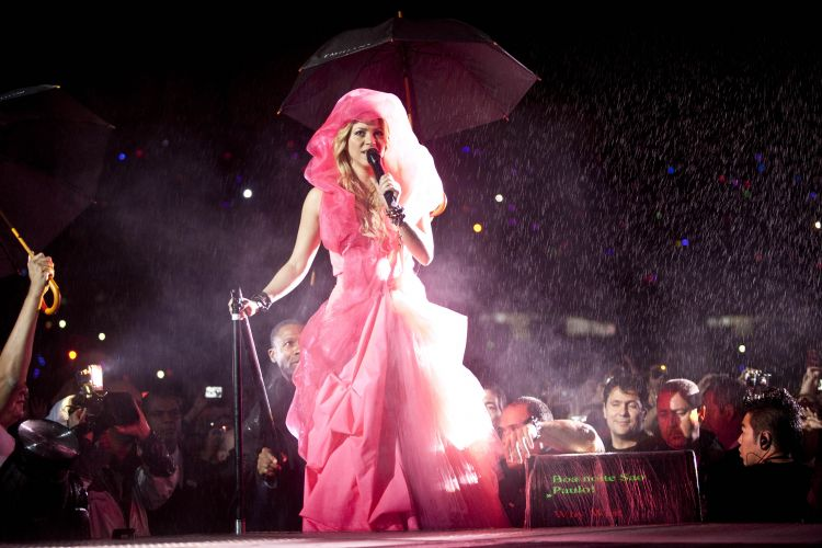 Como em Porto Alegre, a cantora Shakira entra no palco com um vestido. A colombiana é uma das principais atrações do Pop Music Festival (19/03/2011)