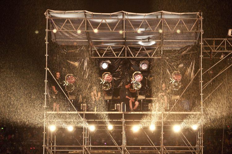 Antes de show da Shakira, técnicos ajustam iluminação para a apresentação da cantora colombiana no Pop Music Festival, em São Paulo (19/03/2011)