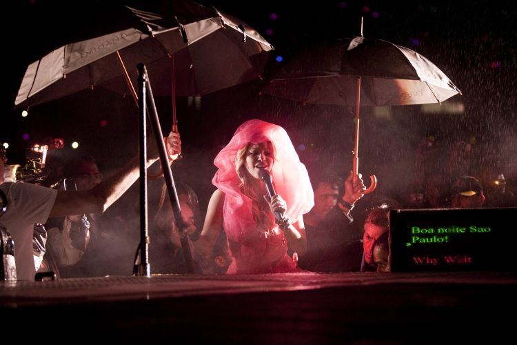 Shakira entra no palco com um vestido rosa com véu, para iniciar sua apresentação no estádio do Morumbi, que abriga o Pop Music Festival na capital paulista (19/03/2011)