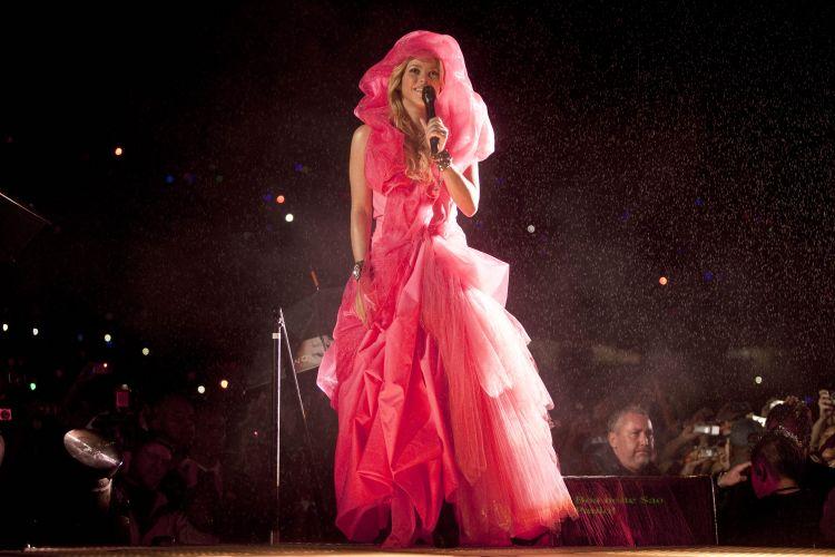 A cantora colombia Shakira inicia o show debaixo de garoa no Pop Music Festival. Temor de temporal adiantou a programação do evento (19/03/2011)