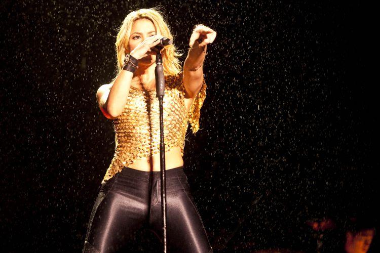 Sob garoa, colombiana Shakira canta músicas de seu mais recente álbum,