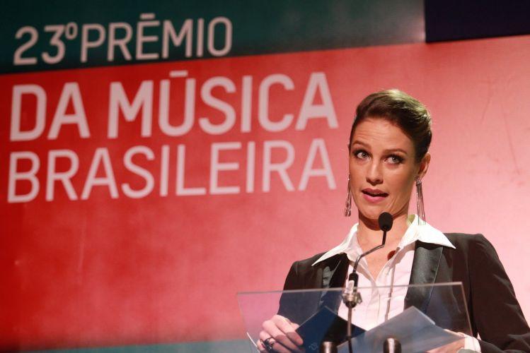 Luana Piovani anuncia indicados ao 23º Prêmio da Música Brasileira, no Theatro Municipal do Rio de Janeiro (13/6/12). A atriz é apresentadora da premiação ao lado de Zélia Duncan