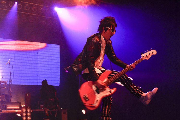 Pe Lanza pula durante show com o Restart no evento Happy Rock Sunday, no HSBC Brasil, em São Paulo (21/08/2011)