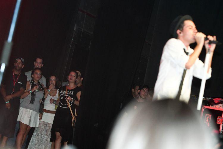 Giovanna Lancellotti (de blusa branca) assiste dos bastidores à apresentação do Restart (15/4/12)